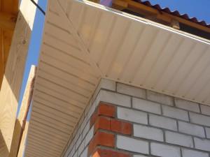 Подшивка свесов крыши сайдингом по ширине