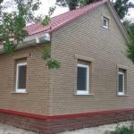 Отделка фасада дома цокольным сайдингом под кирпич
