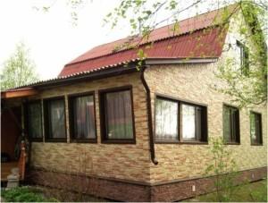 Отделка фронтона и стен домацокольным сайдингом под камнь