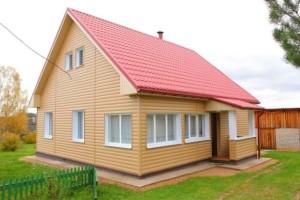Фото отделки фасада дома металлическим сайдингом под блок хаус