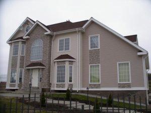 Фото дом обшитым виниловым и цокольным сайдингом