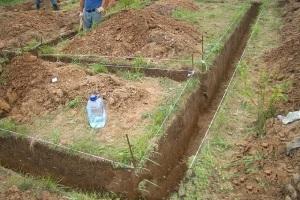 Выкапывание траншеи под фундамент