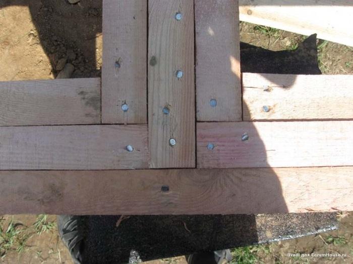 Правильно смонтированный Т-образный узел примыкания внутренней оси фундамента к наружной, пока без стяжных шпилек и уголков
