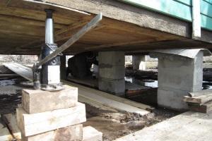 Как поднять фундамент деревянного дома домкратами своими руками