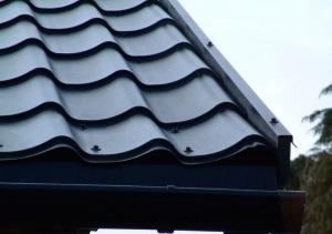 Как правильно крепить металлочерепицу на крыше?