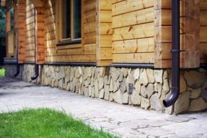 Отделка цоколя дома природным камнем
