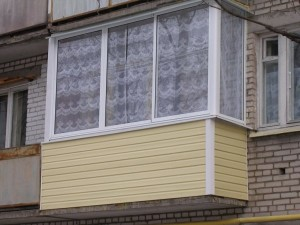 Отделка балкона частного дома сайдингом