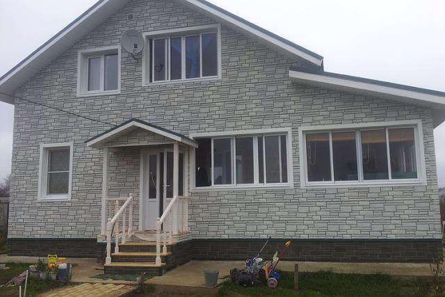 Фото дома после отделки фасада металлическим сайдингом под камень