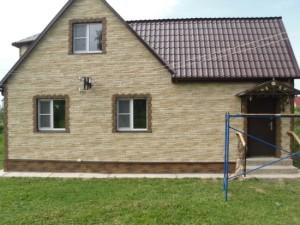 Отделка фасада дома цокольным сайдингом (фасадными панелями)