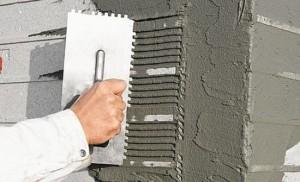 Нанесение на стену клея для клинкерной плитки
