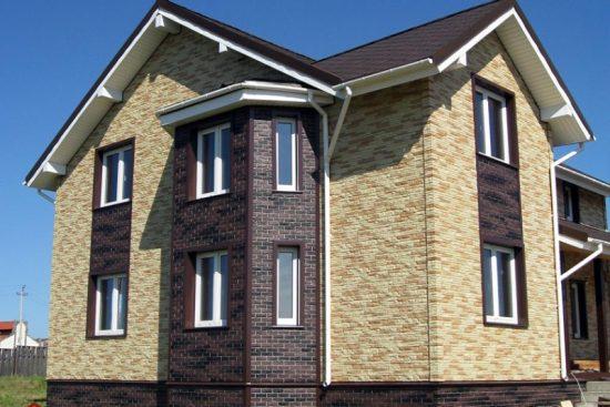 Отделка фасада дома виниловым сайдингом под камень