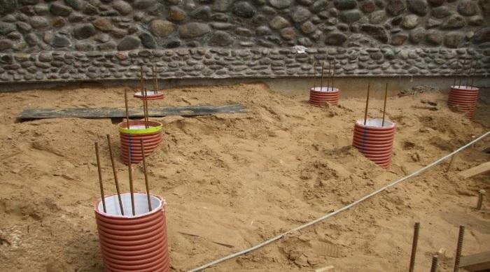 Установка сваренный каркас из трех арматур в ПВХ трубу