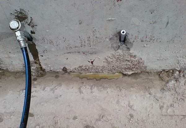 Инъекция микроцемента в тело бетона до выхода из трещин