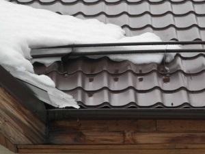 Установка снегозадержателей на крыше из металлочерепицы.