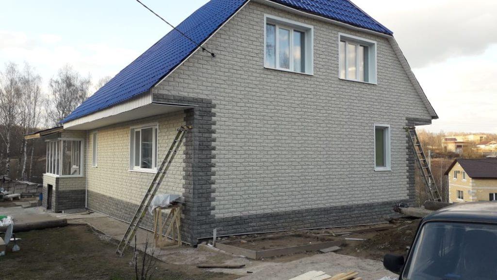 Отделка фасада дома фасадными панелями.
