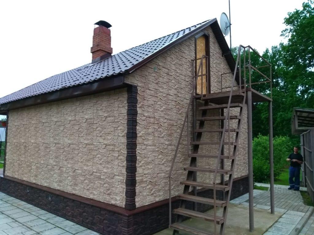 Отделка дома фасадными панелями под камень.